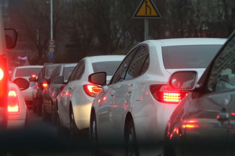 塞車問題有些人很困擾。(圖/shilin wang@pixabay)
