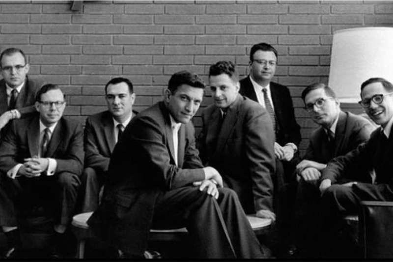 八ˋ位仙童,左起:戈登·摩爾、謝爾登·羅伯茨、尤金·克萊納、羅伯特·諾伊斯、 維克托·格裡尼克、朱利斯·布蘭克、瓊·霍尼、傑伊·拉斯特。(早安財經提供)