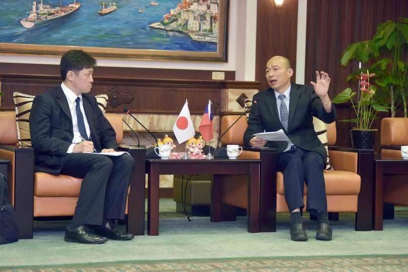 高雄市長韓國瑜(右)6日接見日本東京大學兩岸關係研究小組,卻因一句「等了日本人25分鐘」惹議。(資料照,高雄市政府提供)