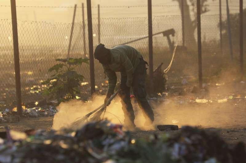 辛巴威經濟嚴重衰退,比獨裁總統穆加比在任時更糟。(AP)