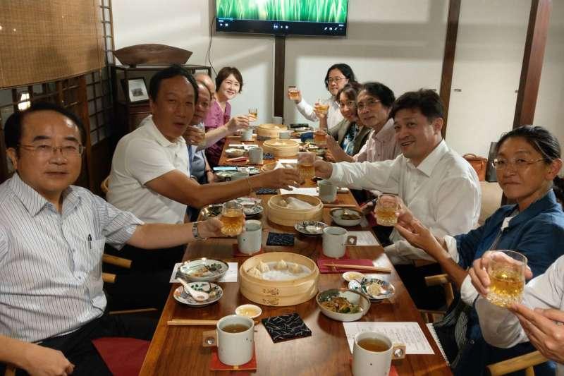鴻海集團創辦人郭台釦與來訪的日本東京大學兩岸關係研究小組共進晚餐。(取自郭台銘臉書)【飲酒過量,有害健康】