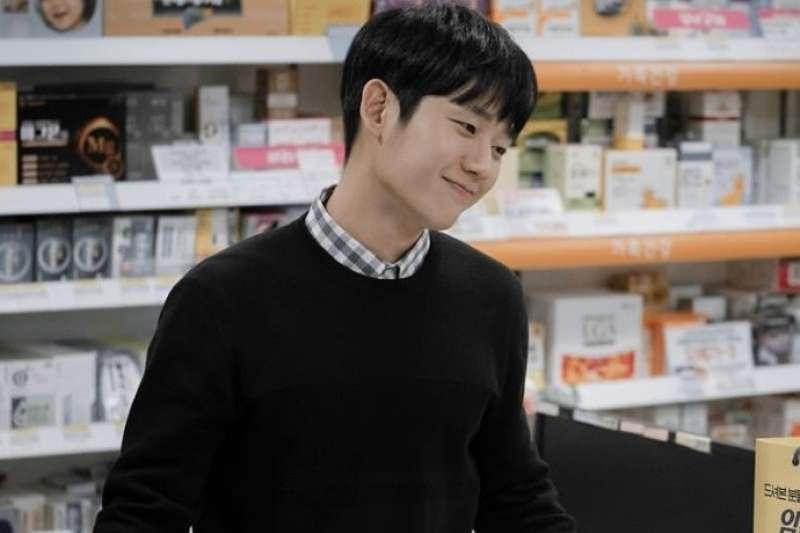 在韓劇《春夜》中飾演藥師的丁海寅表現亮眼(圖/IMDb)