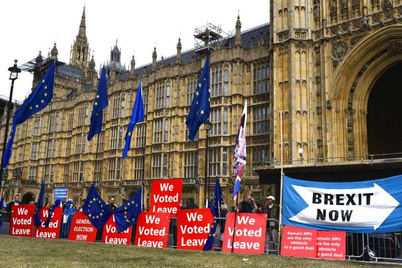 20190905,英國脫歐,脫歐派在英國國會下議院外舉牌抗議。(AP)