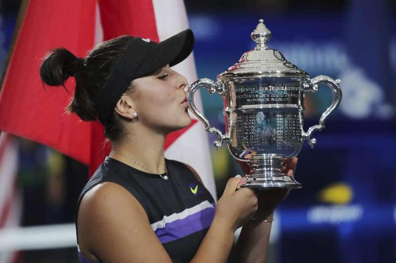 年僅19歲的加拿大小將安德里斯庫,在每網女單決賽以直落二擊敗小威廉絲,生涯首度參加美網就成功封后。 (美聯社)