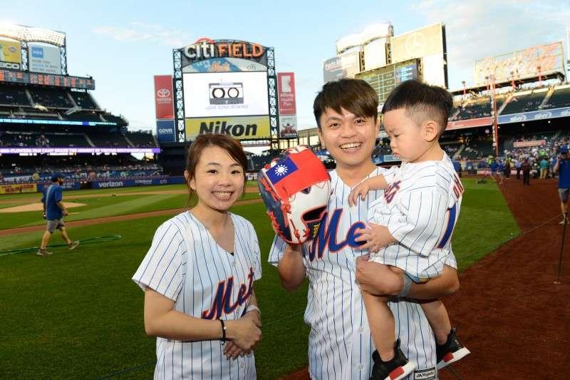 網紅蔡阿嘎受邀為紐約大都會台灣日進行開球,手套上繡有國旗圖案。 (圖為大都會提供)