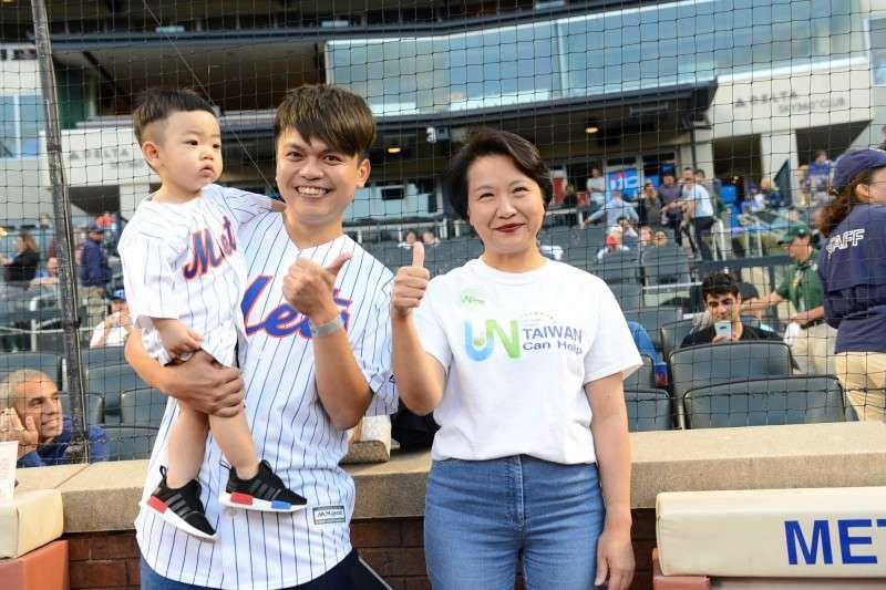 網紅蔡阿嘎受邀為紐約大都會台灣日開球,並與駐紐約辦事處長徐儷文合影。 (圖為大都會提供)