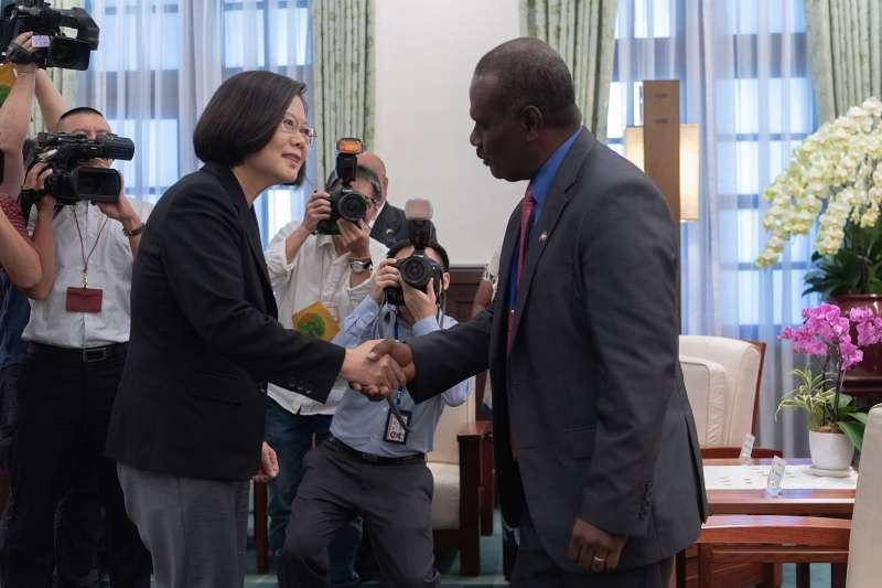 台索斷交前一周,總統蔡英文還接見索羅門群島外交暨對外貿易部長馬內列(Jeremiah Manele)夫婦時表示,未來台灣將與索羅門群島共同努力,進一步提升兩國的雙邊關係。(總統府提供)