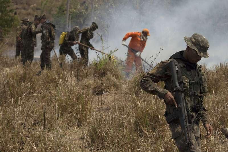 亞馬遜雨林大火:巴西總統博索納羅派軍救火和打擊盜砍林木(AP)