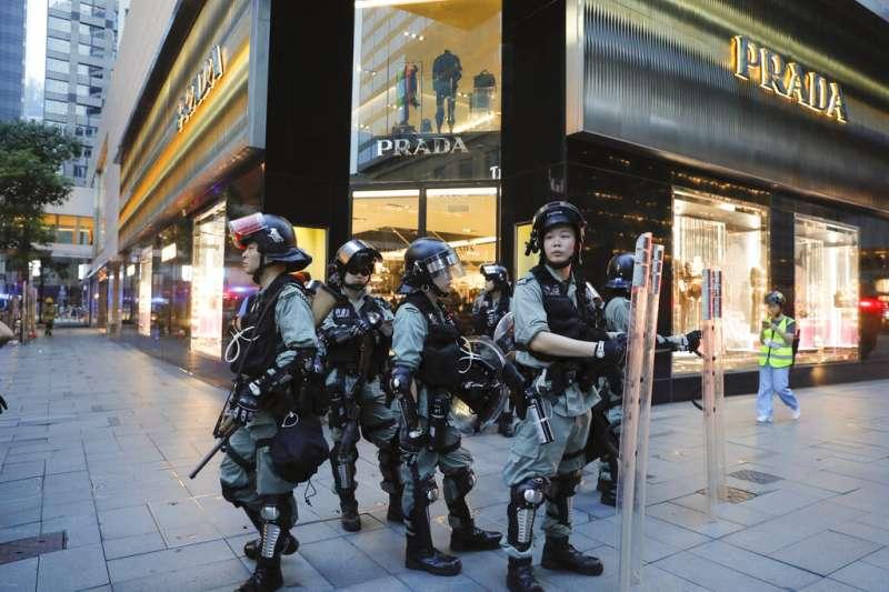 鎮暴警察8日在香港鬧區集結。(美聯社)