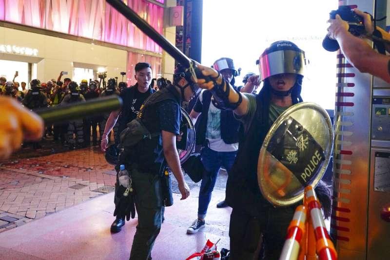 香港鎮暴警察8日與反送中示威者發生衝突。(美聯社)