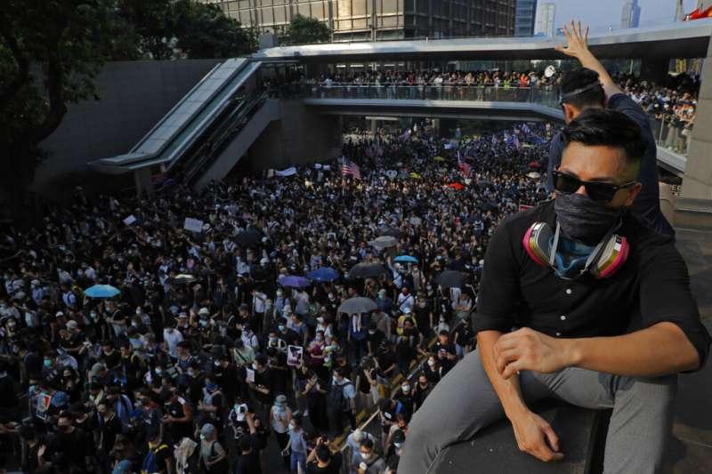 雖然香港抗爭者用盡一切辦法推動國際制裁和關注,表面上是求「攬炒」,與北京、香港政權同歸於盡,但此步實際作用就是透過增加國際籌碼,進一步迫使北京和香港政府退讓的理性博弈。圖為大批反送中示威者8日前往美國駐港領事館要求協助。(資料照,美聯社)