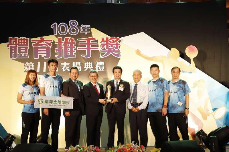 副總統陳建仁(左四)、土地銀行董事長黃伯川(右四)與主任秘書楊享洪(左三)、員工訓練所所長黃宗煙(右三)及教練、學員們等於受獎後合影。(土銀提供)