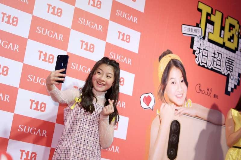 Gail 在台灣代言 SUGAR T10 手機,並擔任一日店長與粉絲見面。 (圖/SUGAR手機)