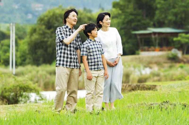 日本宮內廳發表秋篠宮文仁親王、紀子妃與獨子悠仁親王出訪不丹的照片。13歲的悠仁親王是德仁天皇的皇侄,也是日本皇位第二順位的繼承人。(美聯社)