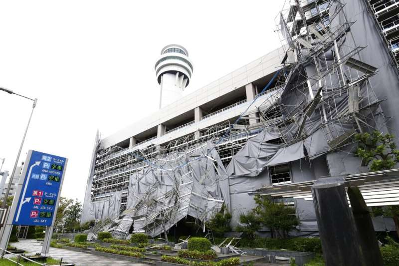 法西颱風直撲日本而去,東京羽田機場停車場的鷹架被吹得七零八落。(美聯社)