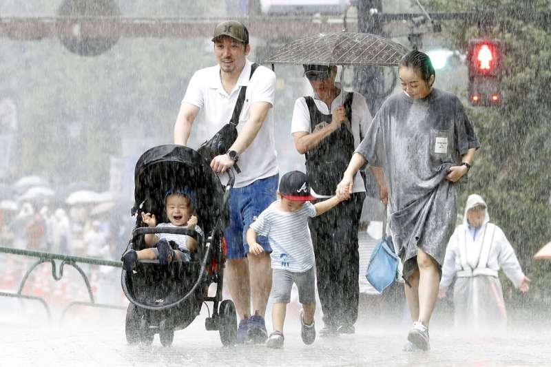 法西颱風直撲日本而去,東京8日也降下大雨。(美聯社)