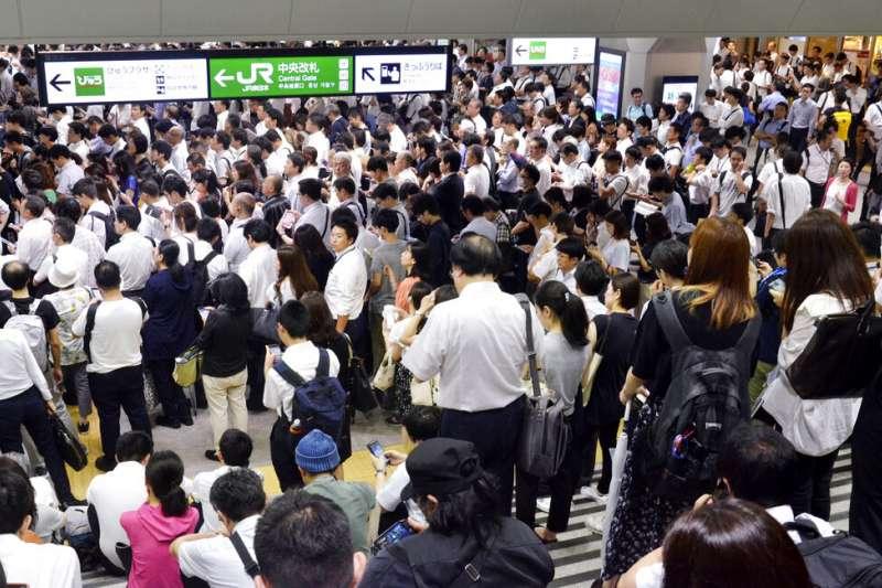 法西颱風來襲,埼玉縣浦和市大批通勤民眾9日因為電車停駛,只能在閘門外等候。(美聯社)