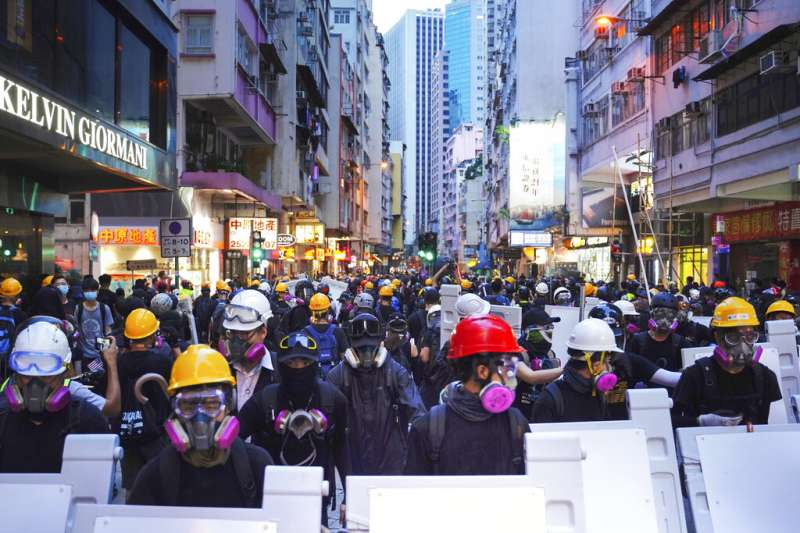 反送中民眾8日再度上街,促請美國拯救香港、通過法案。(美聯社)