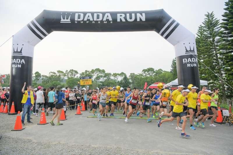 來自全國的4000名跑友在鳴槍聲響後,奮力衝出起跑線。(圖/路跑主辦單位提供)