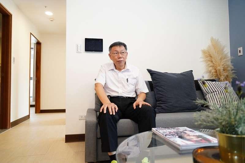 台北市長柯文哲接受電視專訪時指出,總統蔡英文若連任成功,台灣不至於亡國,但得過苦日子;圖為柯文哲9日參觀東明社會住宅。(台北市政府提供)