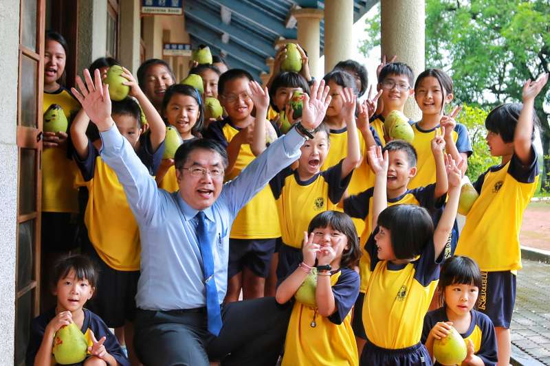 台南市長黃偉哲仿當紅的華視「淑女養成記」當起學童,,在「俗男養成記」樹人國小裡親自推銷台南在地學園。(圖/台南市政府新聞處提供)