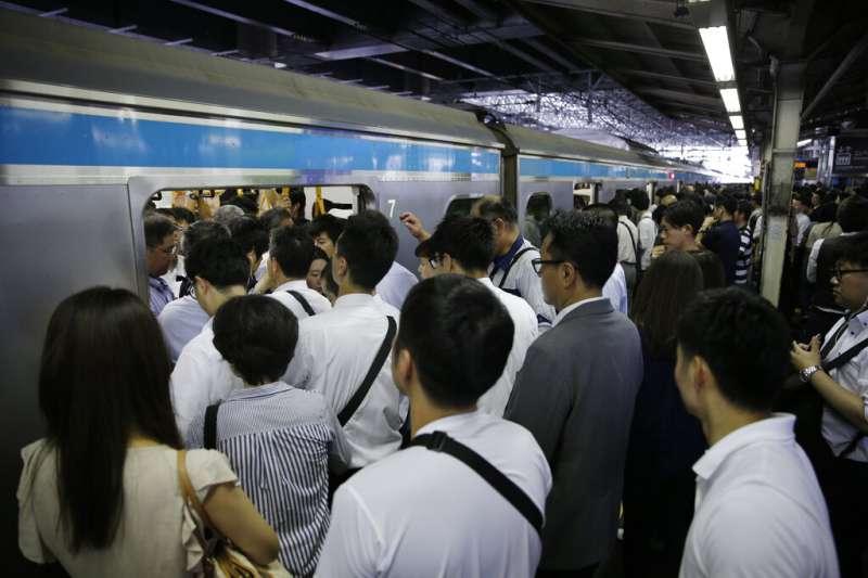 法西颱風打亂關東地區的電車營運與調度,讓東京的通勤族們一早就在車站裡進退不得。(美聯社)