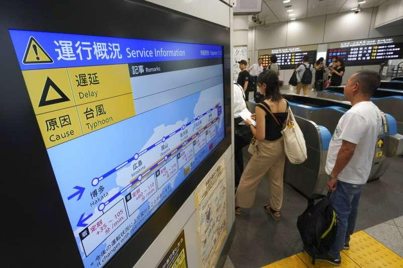 法西颱風讓日本交通大亂,新幹線也因而誤點。圖為東京車站的電子告示板畫面。(美聯社)