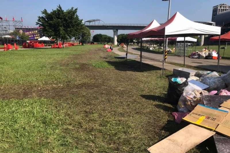 被用來舉行造勢晚會的三重都會公園,其草皮在活動結束後出現嚴重的磨損。(取自新北市議員李坤城臉書)