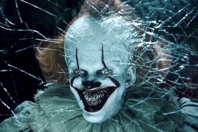 經典恐怖片系列《牠》小丑潘尼懷斯能夠變換成各種型態(圖/IMDb)