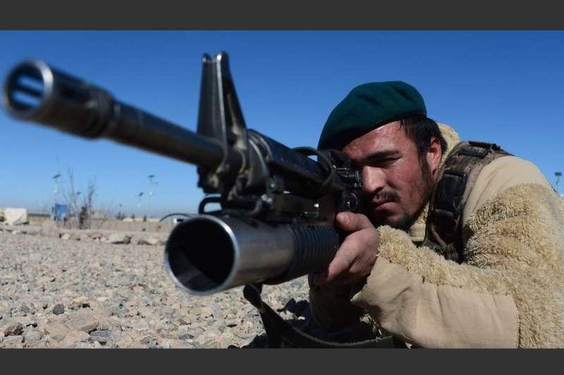阿富汗政府軍士兵受訓。(BBC中文網)