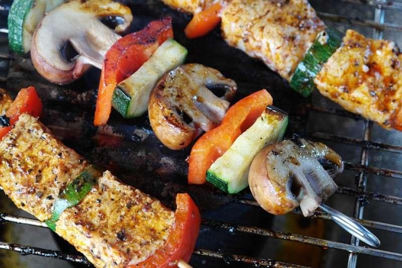 中秋佳節與親朋好友烤肉玩樂之餘,也要提防錯誤的飲食造成身體負擔。(圖/取自Pixabay)