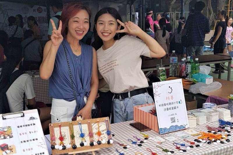 阮玟蒨(右)(參加「第20屆全國女子圍棋公開賽」時展售自製作品。(圖/勞動部北分署提供)