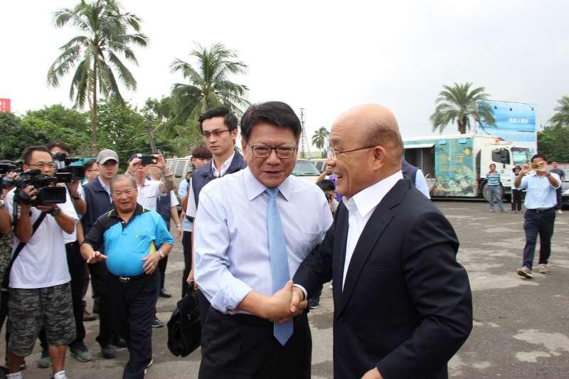 行政院長蘇貞昌(右)宣布高鐵將延伸到屏東,期間與屏東縣長潘孟安(左)相談。(屏東縣政府提供)