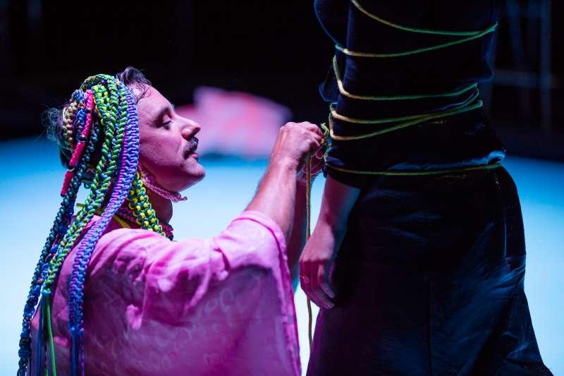 創作與演出2019台北藝術節舞蹈節目「束縛」的澳洲藝術家陸奇(Luke George)與被他綑綁的觀眾(台北藝術節提供)