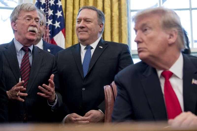 白宮國家安全顧問波頓(John Bolton,左)遭川普總統革職之後,國務卿龐畢歐(Mike Pompeo,中)的地位更形重要(AP)