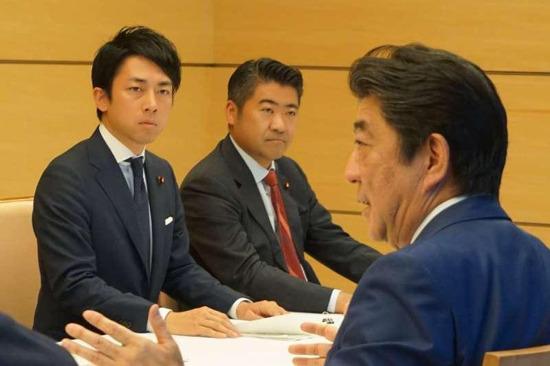 小泉進次郎與日本首相安倍晉三。(翻攝臉書)