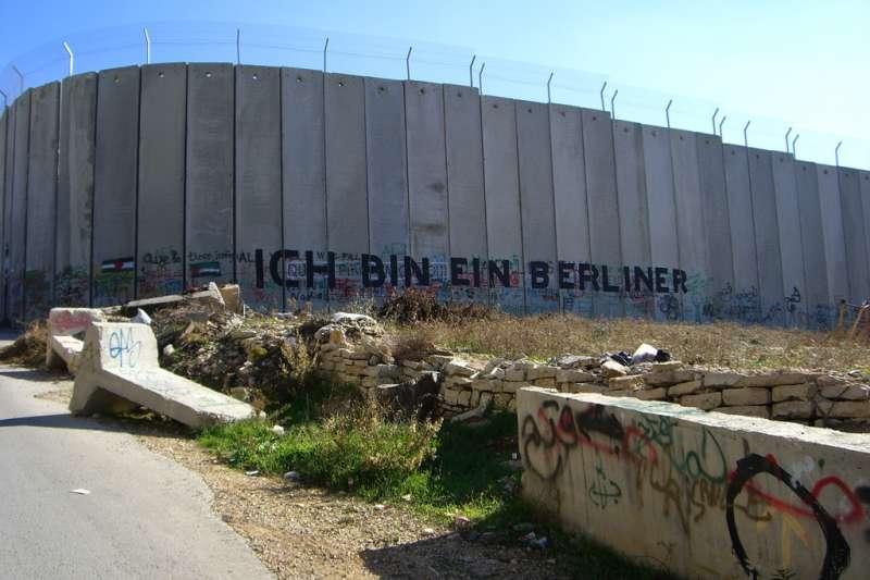 以色列和約旦河西岸之間的邊界高牆,是全世界最戒備森嚴和最具敵意的邊界高牆之一。(資料照,取自維基百科)