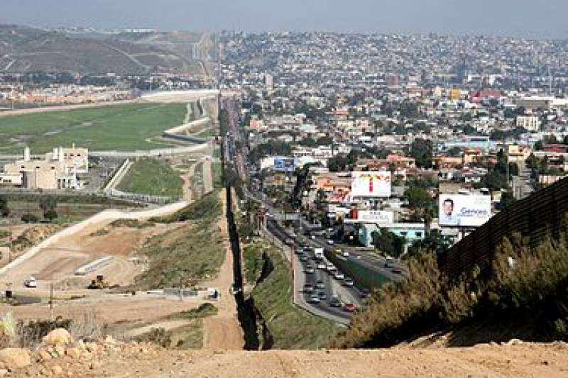 圍牆或多或少有阻絕非法偷渡客的功能,儘管這個特定的邊境障礙物是道極具爭議的圍牆,但是它還有別的作用──讓「希望拿出對策」的民眾覺得政府有在做事。(取自維基百科)