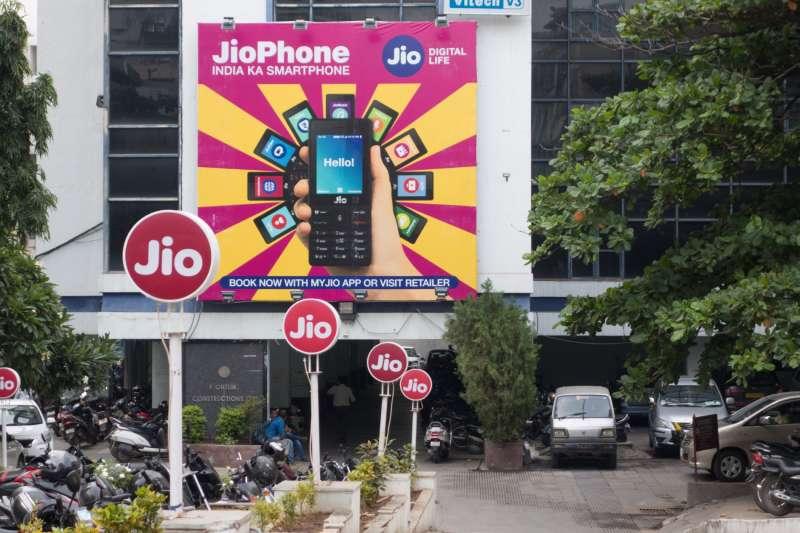 印度首富安巴尼旗下的電訊公司 Reliance Jio 為印度第二大電信商,近年不停推出優惠,希望吸引更多人使用網路。(圖片來源:網路)