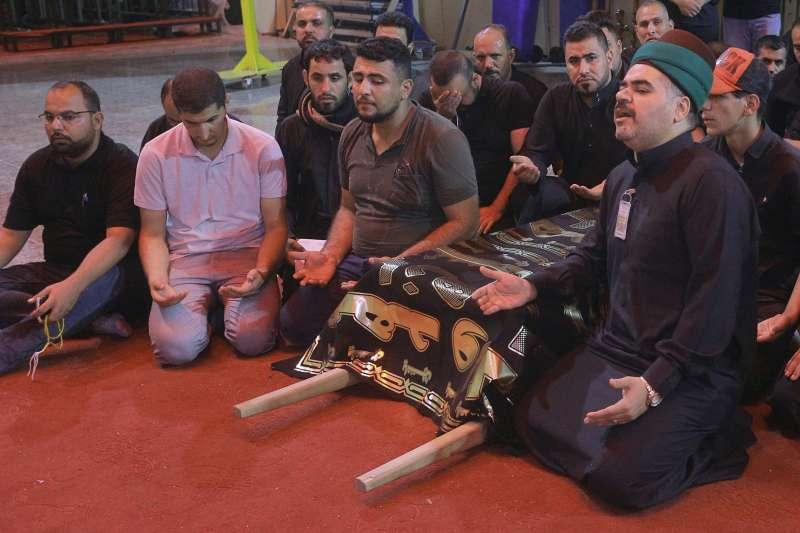眾人為阿舒拉節踩踏意外事件受難者禱告。