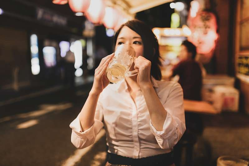 日本職場壓力極大,上班族下班後經常喝酒舒壓。(圖/pakutaso)