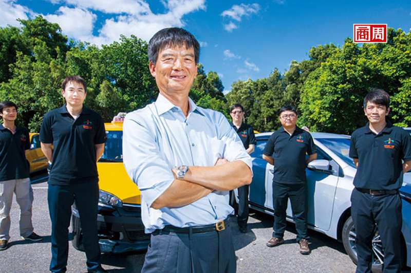台灣大車隊董事長林村田(左3)調降收費搶客,並大找代理駕駛,硬槓台灣代駕。(攝影/郭涵羚)