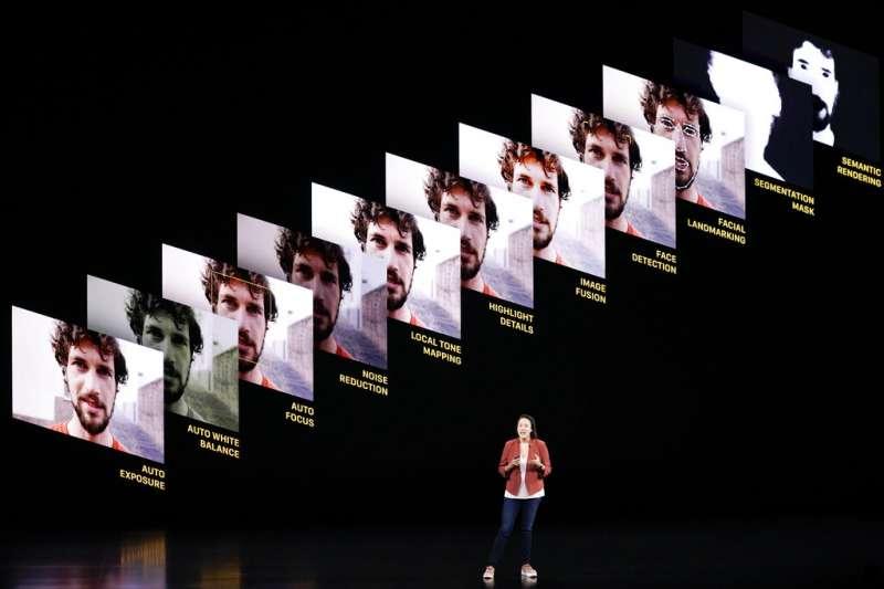 蘋果新品發表會正在說明新iPhone的照相功能。(美聯社)