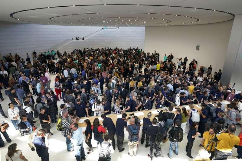蘋果在台北時間11日凌晨於美國加州總部舉辦新品發表會,吸引許多果粉與媒體到場。(美聯社)