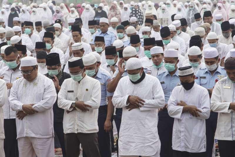 印尼森林野火引發空汙:印尼廖內省首府北矸的穆斯林戴口罩做禮拜(AP)