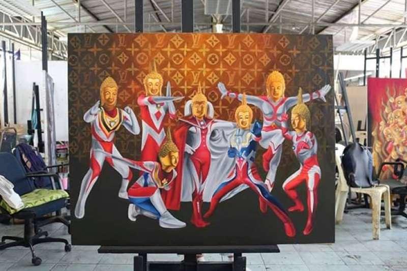 泰國呵叻皇家師範大學一名女學生創作了結合佛祖和日本動漫角色鹹蛋超人的畫作,上週在呵叻的百貨公司展出。(圖/Prasit Tangprasert)