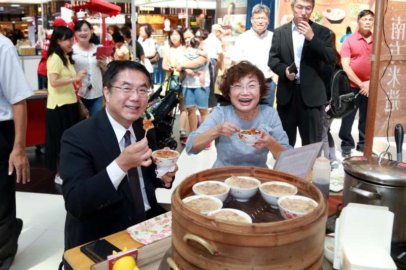 黃偉哲在北車大廳,與經發局長郭阿梅行銷台南伴手禮。(圖/徐炳文攝)