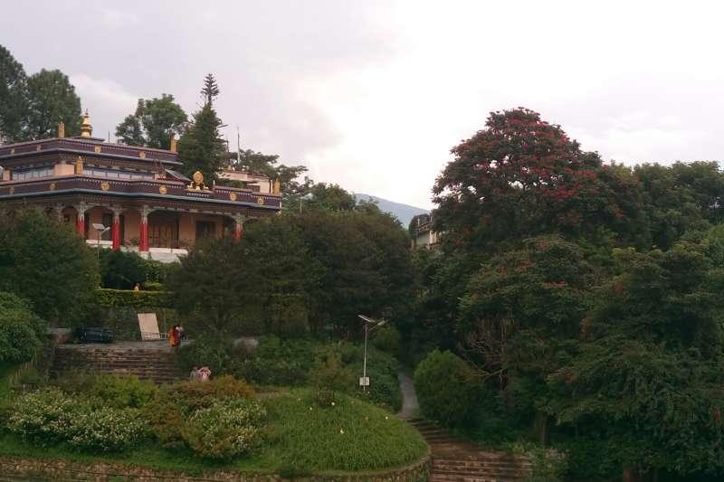 Phullahari寺院,群山環繞(圖/謝幸吟提供)