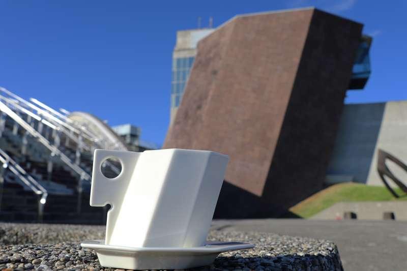 新北市立十三行博物館推出全新文創商品十三行建築杯,獨特的立體傾斜八角形設計詢問度破表。(圖/十三行博物館提供)