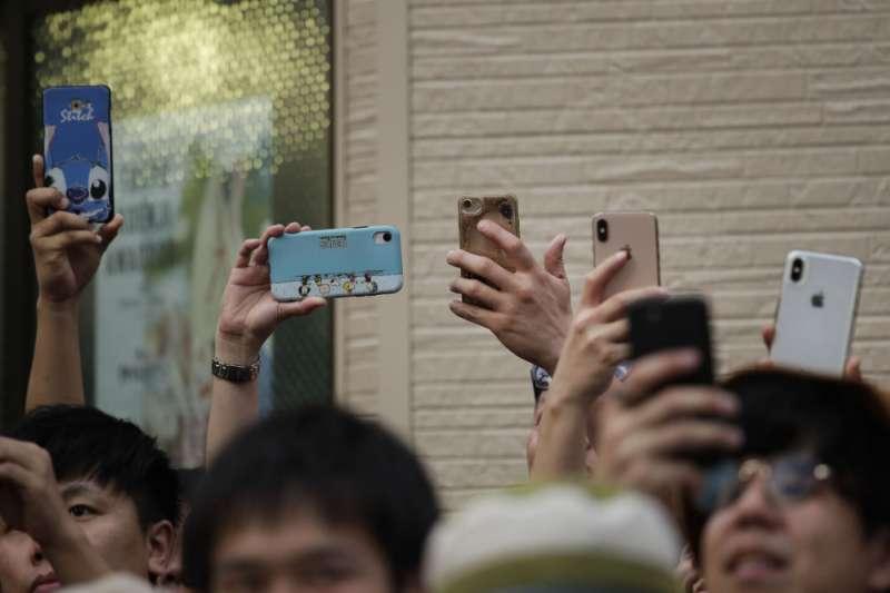 日本低頭族問題嚴重,民眾要求當局制訂罰則。(AP)